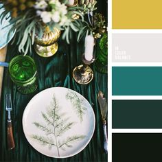 Shades of emerald green in combination with gold create a special magic. These colors can be used in the design of the table, as shown on the photo itself. With their help you will create not a banal decor, surprise your guests and the atmosphere of the fairy-tale forest.