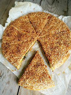 TEPSİDE PRATİK POĞAÇA NASIL YAPILIR? KOLAY POĞAÇA TARİFİ PRATİK POĞAÇA ISPANAKLI POĞAÇA Bazen tek tek şekil vermeye zamanımız olmaz ... Tea Time Snacks, Breakfast Items, Turkish Recipes, Desert Recipes, Tiramisu, Vegetarian Recipes, Pizza, Healthy Eating, Backen