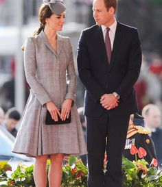 2014 - The Duchess accessorized her gray Alexander McQueen coatdress with a Jane Taylor hat, welcoming President of Singapore Tony Tan Keng Yam and his wife, Mary, to London) since announcing her second pregnancy. Kate Middleton Outfits, Kate Middleton Stil, Kate Middleton Photos, Kate Middleton Et William, Prince William And Catherine, William Kate, Estilo Real, Duke And Duchess, Duchess Of Cambridge