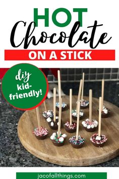 This recipe is seriously so easy! Make hot chocolate on a stick! It's simple and quick to do (even with kids helping out) and makes for the perfect DIY homemade present for the holidays! Hot Chocolate Gifts, Christmas Hot Chocolate, Chocolate Sticks, Hot Chocolate Bars, Hot Chocolate Mix, Hot Chocolate Recipes, Chocolate Spoons, Christmas Food Gifts, Christmas Cooking
