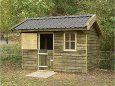 1. Houten stal van geimpregneerd Douglashout geschikt voor hobbydieren.