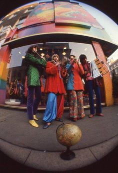 retro The Fool were a Dutch art/design/music collective who had a tremendous impact on London psychedelic scene between 1967 and Alth. 70s Aesthetic, Aesthetic Vintage, Aesthetic Pictures, Fashion 60s, Swinging London, Cult, Richard Iii, Hippie Man, Hippie Couple