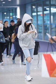 kpop fashion trendy Ideas for travel fashion airport street styles Airport Fashion Kpop, Kpop Fashion Outfits, Blackpink Fashion, Korean Outfits, Trendy Fashion, Fashion Looks, Travel Fashion, Fashion Clothes, Fashion Ideas