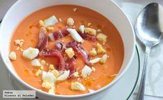 Te explicamos paso a paso cómo hacer la receta de salmorejo cordobés con todos sus ingredientes tradicionales. ¡Prueba esta sopa fría, fácil, y rápida!