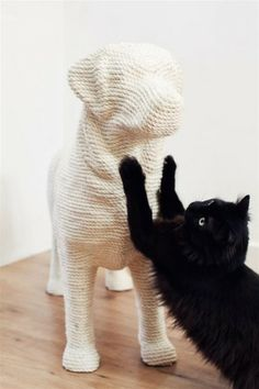 DOG ist ein ausgefallener Kratzbaum für Katzen mit einer ordentlichen Portion Humor - by Soonsalon - InteriorPark.