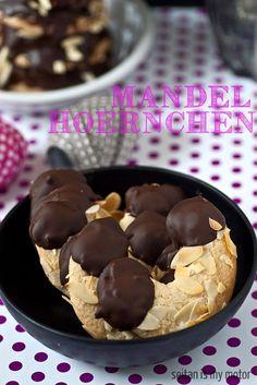 Mandelhörnchen: 200 g Marzipan 100 g Zucker 75 ml (5 EL) Sojamilch 2 EL Stärke 1/4 TL Backpulver 50 g Mehl 100 g gehobelte Mandeln  150 g Schokolade