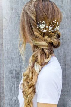 Wedding Hairstyles Medium Hair There is something so romantic about a bride with floral hairstyles. You can find a lot of accessories for wedding hairstyles with flowers. We have gathered some stunning wedding hairstyles with flowers to inspire you. Fishtail Braid Hairstyles, Cute Braided Hairstyles, Pretty Hairstyles, Prom Hairstyles, Romantic Hairstyles, Hairstyle Ideas, Braided Hairstyles For Long Hair, Side Ponytail Hairstyles, Belle Hairstyle