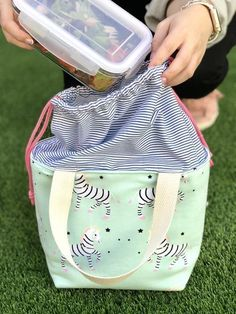 From oil cloth to bento lunch boxes here are The 11 Best DIY Lunch Boxes that you can proudly take to school or work. The 11 Best DIY Lunch Bags - Tuppers Lunch Bag Tutorial Lunch Bag Tutorials, Sewing Tutorials, Sewing Projects, Sewing Patterns, Sac Lunch, Diy Lunch Bags, Lunch Box, Diy Bags Purses, Diy Couture