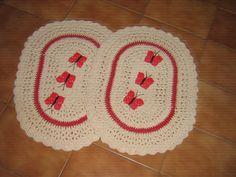 Maravilhoso par de tapetes confeccionados manualmente com barbante em crochê . Muito úteis e bonitos , vão valorizar muito a sua decoração. Laváveis à máquina. Não mancham e não desbotam