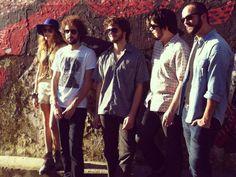 """A banda faz um dos últimos shows da turnê do álbum """"Escaldante Banda"""", e durante a apresentação ainda antecipa canções do novo disco, """"Feras Míticas""""."""