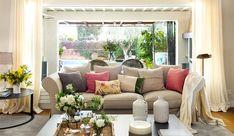 Salón con sofá con ventanal y vistas al jardín_ 00460971
