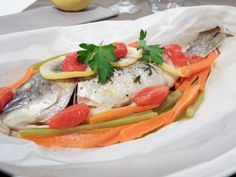 Une délicat poisson cuit en papillote tout simplement et pour plus de saveurs quelques petits légumes pour apporter une délicieuse saveur à la chair de la dorade bien moelleuse. - Recette Plat : Dorade royale en papillote par Didine1512