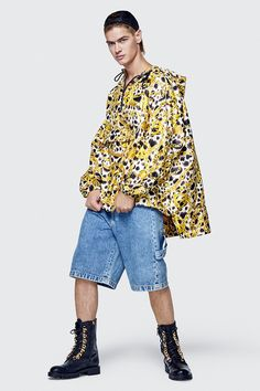 MOSCHINO creative director Jeremy Scott has always put fun at forefront of his brand's identity, and the same is true for his first collection for H&M. Fast Fashion, Fashion Over 40, Live Fashion, Sport Fashion, Fashion News, Womens Fashion, Jeremy Scott, Moschino, H&m Collaboration