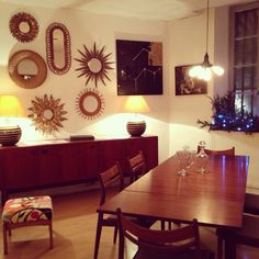 Salle à manger vintage, mobilier scandinave. RétroBoutique.  Miroirs en rotin