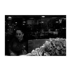 Apuntes (XXV) @lacalleesnuestracolectivo  #lacalleesnuestracolectivo  #majadahonda #madrid #spain #granviamajadahonda #frutossecosyvariantes #dependienta #shopassistant #salesperson #clerk #shop #tienda #rotulo #label #ortizsanz #patatasfritas #chips #blackandwhite #blancoynegro #streetphotography #streetstyle #sombra #shadowhunters #walking #paseando #igersmadrid #canon6d #35mm #picoftheday #photooftheday