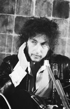 Bob Dylan at press conference on his first visit to Japan, February 1978. (Photo by Koh Hasebe/Shinko Music/Getty Images) #bobdylan #fav