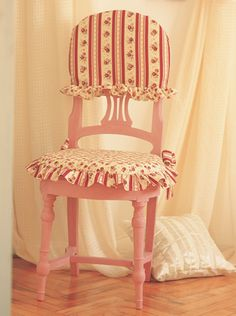 Funda con volados busca las instrucciones en www.eviadigital.com Dining Room Chair Covers, Dining Room Chairs, Lace Lamp, Shabby Home, Kitchen Chairs, Vintage Shabby Chic, Chair Cushions, Table Linens, Vintage Kitchen