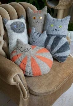 Felt Cat Cushion Love these sweet cat pillows Fabric Crafts, Sewing Crafts, Sewing Projects, Sewing Diy, Sewing Ideas, Cat Cushion, Cat Pillow, Felt Cat, Cat Crafts