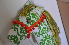 Stick horse tutorial  -good photos & how-to's  -no pattern (drawn free-hand)