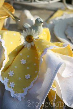 Spring table From: StoneGable: Daisy Chain...beautiful napkins