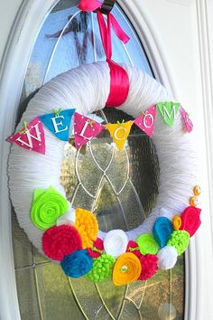 Welcome wreath from Chicy Creations. Would be cute for a birthday. Felt Wreath, Fabric Wreath, Wreath Crafts, Diy Wreath, Wreath Ideas, Yarn Wreaths, White Wreath, Door Wreaths, Summer Wreath