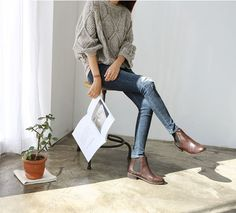 Take a look at the best what to wear with jeans and chelsea boots in the photos below and get ideas for your outfits! How To Wear Cropped Jeans with Chelsea Boots Image source Mode Outfits, Fall Outfits, Casual Outfits, Ladies Outfits, Fashionable Outfits, Grunge Outfits, Looks Street Style, Looks Style, Botas Chelsea