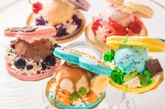 原宿カワイイ モンスター カフェのバレンタイン、ハート型のマカロンサンドやカラフルなパフェ