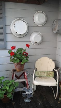 Vintage Farmhouse Decor Mix and Match Enamelware Décor - Vintage porch decor ideas can help you breathe a new life into your home's exterior. Get inspired by the best designs! Veranda Design, Patio Design, Farmhouse Front Porches, Country Porches, Country Homes, Vintage Porch, Vintage Metal Glider, Vintage Ladder, Decoration Home