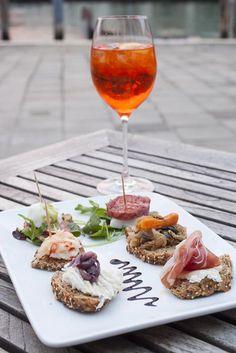 Cicchetti, the taste of Italy Il timon Fondamenta Ormesini, 2754 Venise Paella, Wine Recipes, Cooking Recipes, Mezze, Recipes Appetizers And Snacks, Pub Food, Good Food, Yummy Food, Food Places