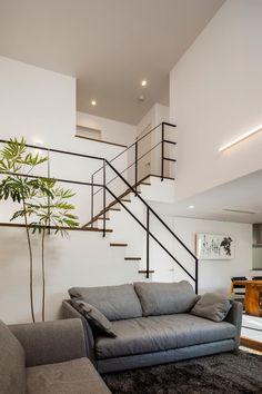 道後のコートハウス: 株式会社細川建築デザインが手掛けたリビングです。