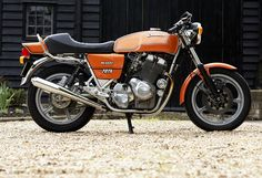 Laverda Jota - it was seeing one of these parked on Twickenham High Street that spurred me to get my bike licence years ago. not the prettiest bike but it had the right effect at the right time! Vintage Cafe Racer, British Motorcycles, Mv Agusta, Moto Guzzi, Classic Bikes, Classic Italian, Custom Bikes, Cool Stuff, Cafe Racers