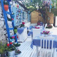 Blue and white harmony in Alaçatı houses Image 47 Outdoor Restaurant Design, Restaurant Interior Design, Wicker Pendant Light, Pendant Lights, Moroccan Garden, Hotel Concept, Rustic Italian, Cottage Kitchens, Cafe Design
