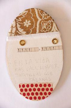 """© COLMADO MAZA Collage sobre madera (16,5 x 10,5 cm).  Título: """"En la vida más vale romper zapatillas que sábanas"""""""