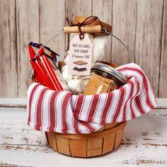 Neighbor Christmas Gifts, Christmas Gift List, Neighbor Gifts, Christmas Crafts, Creative Gift Baskets, Diy Gift Baskets, Creative Gifts, Homemade Gifts, Diy Gifts