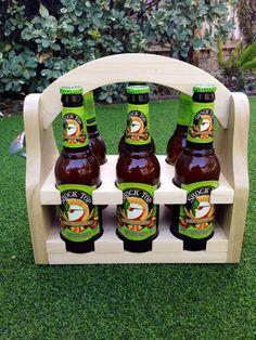 Chariot de bière magnétique faite de chêne rouge. Contient 6 bouteilles de bière standard. Options pour les plus gros trous (IPAs, sierra Nevada, etc.) sont disponibles. Aimant caché au-dessous du décapsuleur pour attraper les chapeaux. Mesures à peu près 12 « L x 10 » H x 6 W.