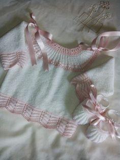 En hilo blanco y rosa,chaleco de manga larga   Punto de ondas en mangas ybajos.   Zapatos a juego tambien en blanco y adornado en rosa.   ... Baby Knitting Patterns, Baby Sweater Knitting Pattern, Knitting For Kids, Baby Patterns, Baby Girl Dresses, Baby Dress, Kids Dress Clothes, Knitted Baby Clothes, Baby Socks
