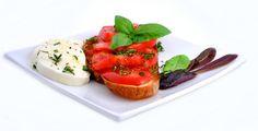 Tomaten mit Mozzarella (Caprese) - Rezept-Tipp - Der berühmte Caprese, wie die Italiener Tomaten mit Mozzarella nennen, geht äußerst einfach.