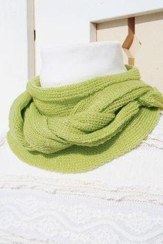 Ylellisen kevyt ja pehmoinen neulehuivi villasilkkiä. Materiaali tuntuu miellyttävältä myös ihoa vasten. Blanket, Blankets, Cover, Comforters