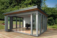 Abris à toit plat en bois avec terrasse , modifié en bureau de ...