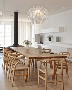 Get inspired by these dining room decor ideas! From dining room furniture ideas, dining room lighting inspirations and the best dining room decor inspirations, you'll find everything here! Dining Room Design, Dining Room Furniture, Dining Room Table, Table And Chairs, Dining Chairs, Dining Rooms, Simple Dining Table, Design Room, Arm Chairs