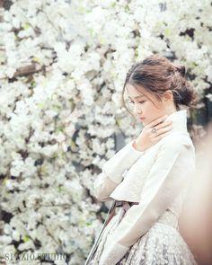 Ideas Wedding Photography Korean Traditional Clothes For 2019 - Korean Beauty Korean Traditional Clothes, Traditional Fashion, Traditional Dresses, Traditional Wedding, Korean Dress, Korean Outfits, Korean Photography, Wedding Photography, Korean Fashion Trends