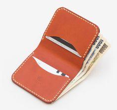 ナチュラルな革のコンパクトな二つ折り財布。糸島の工房で一つ一つハンドメイドしています。メンズ・レディース問わずお使いいただけるシンプルなデザイン。名入れや糸色のカスタマイズもお受けしています。