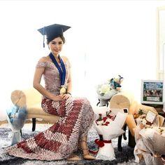Graduation should be celebrated as the day of success, a long and challenging process. Graduation Balloons, Graduation Photoshoot, Graduation Pose, Graduation Outfits, Kebaya Dress, Batik Kebaya, Family Photo Studio, Modern Kebaya, Kebaya Muslim