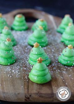 Diese Baisertännchen eignen sich fantastisch für selbstgemachte Mitbringsel zu Weihnachten. Sie sehen super aus und machen sich toll auf dem Keksteller.