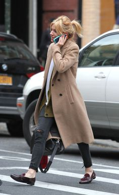 Fresh-faced Sienna Miller looks gorgeous without make-up in NYC Down-time: The busy star looked transfixed during a phone chat as she went about her day, her face free of cosmetics and her hair haphazardly tied up Look Fashion, Autumn Fashion, Sienna Miller Style, Camel Coat Outfit, Winter Mode, Classic Chic, Minimal Classic, Mode Outfits, Casual Outfits