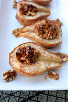 Pera assada com canela, nozes e mel é uma receita super simples e saudável. Uma sobremesa deliciosa com a consciência livre de culpas!