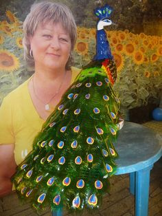 павлин из пластиковых бутылок