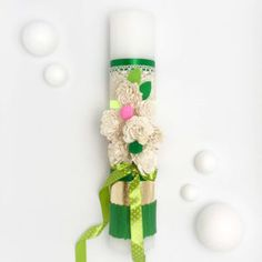 … sau cum să te bucuri de primăvară indiferent de anotimp. Cică Se spune că nu se face primăvară cu o floare… Dar cu șapte? …și cu panglici colorate? …cu verde de iarbă încolțită, auriu solar și câteva dantele? Mai trebuie doar o fărâmă din plăcerea ta de a savura viața și începuturile. Bucură-te de simbolul renașterii și al noului la începutul TĂU de drum. Vines, Arbors, Grape Vines