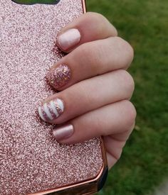 The advantage of the gel is that it allows you to enjoy your French manicure for a long time. There are four different ways to make a French manicure on gel nails. Pink Glitter Nails, Rose Gold Nails, Stylish Nails, Trendy Nails, Gel Semi Permanent, Ongles Or Rose, Striped Nails, Color Street Nails, Manicure And Pedicure