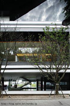 龔書章 原相聯合建築師事務所 - 敦北涵峰 接待中心 無意間拍出一種日式禪風的建築 概念上,這是一棟由三個盒子疊起來的建築,最底下的一層是穿透的,只看到水池、樓梯和柱子,全棟僅以黑、白兩色構成。鄰敦化北路的這一面恰巧與路樹發生了美妙的關係 http://www.interior-mj.com.tw/175/175_4.html